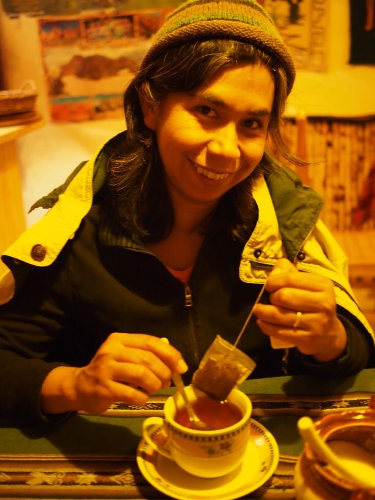 Yoli enjoys some tea con canela.